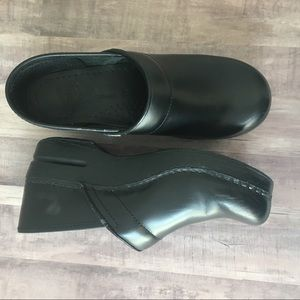 Dansko 39 Black Slip On Clog shoes